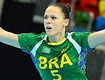 A pivô Daniela Piedade comemora gol pela seleção brasileira contra Angola na Olimpíada de Londres-2012 (Miguel Medina - 5.ago.12/France Presse)