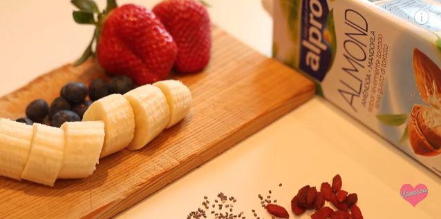 frullato ....  banana, fragole, mirtilli, bacche di goji, semi di chia e latte di mandorla :)