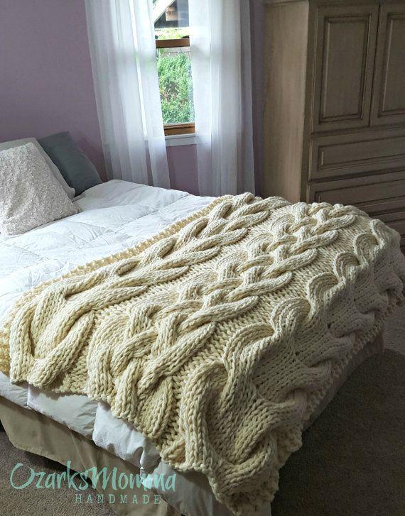 Este gran tamaño cable knit Manta es extra grueso y felpa y pesa más de 10 libras! Va a ser hecho por encargo en su opción del material y el color y enviados a usted dentro de 4 a 6 semanas.  Esta manta es aproximadamente de 48 pulgadas de ancho y 80 pulgadas de largo (se muestra en una cama queen size).  Todos los artículos son mano en mi fumar, mascotas inicio con chenilla de alta calidad o con una lana suave mezclan de hilados. Esta manta de gruesa es tejido con hilo grueso, suave y…