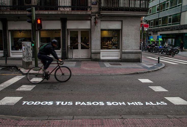 """Proyecto """"Madrid, te comería a versos"""". 22 pasos de cebra adornados con frases de cantautores y poetas."""