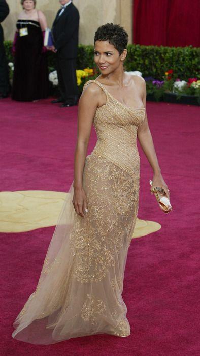 Halle Berry Oscar 2013 com um modelo Elie Saab na cor ouro