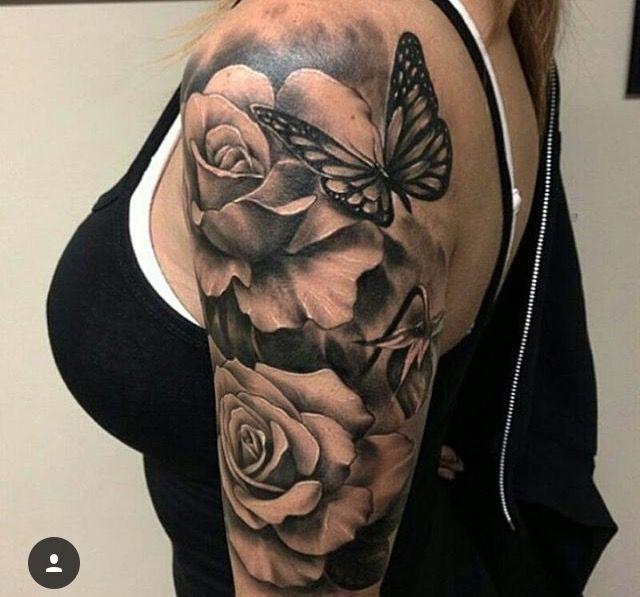 Grosse Blutenrosen Mit Einem Schmetterling Tattoo Tattooideen