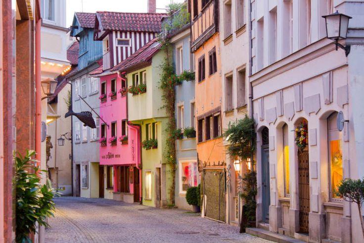 Knapp daneben! Diese verspielte Gasse ist Teil der Altstadt auf der Insel Lindau im Bodensee.