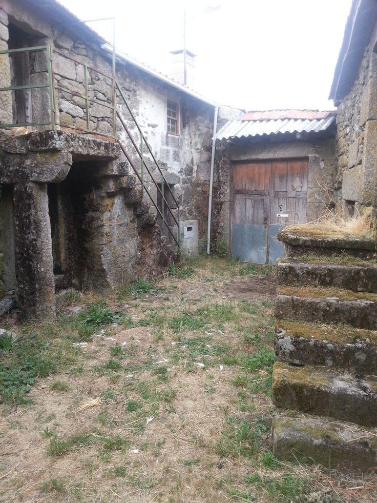 La grande porte au fond sans mur derrière. Gralhas (près de Montalegre). Nord du Portugal 2013