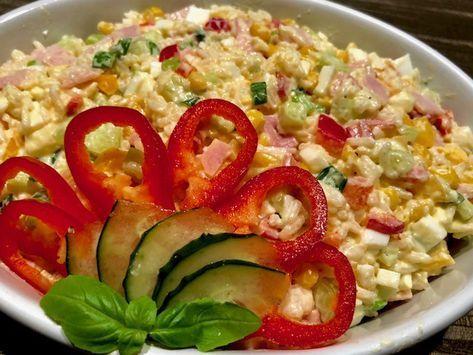 Sałatka z ryżem Szybka, pyszna i kolorowa sałatka z ryżem, szynką, jajkami i warzywami. Idealnie sprawdzi się jako pożywna kolacja czy lunch w pracy. Często używam w kuchni ryżu jaśminowego ponieważ moim zdaniem jest on najsmaczniejszy z dostępnych gatunków ryżu. Polecam spróbować   Składniki: 1/2 szklanki ryżu (użyłam ryżu jaśminowego) 2 jajka 15 …