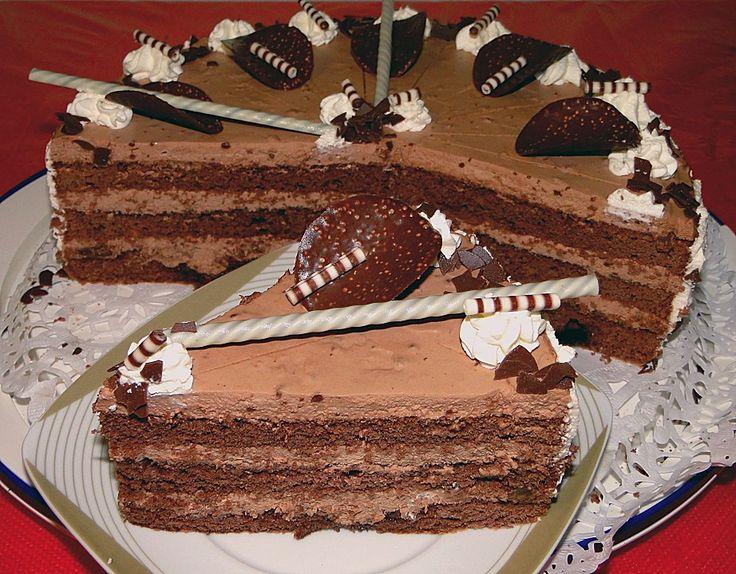 Zutaten 600 ml süße Sahne 3 Tafeln Schokolade 6 Eigelb 200 g Zucker 1 EL Vanillezucker 100 g Mehl 80 g Stärkemeh...