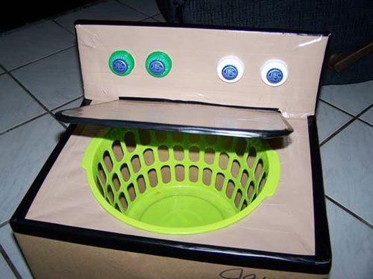 Pra brincar de lavar roupa na máquina de papelão.