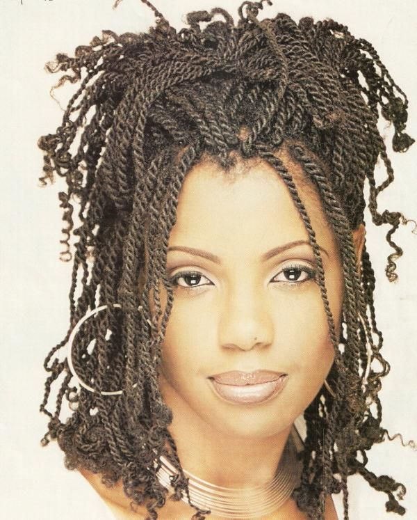 Cette coiffure impressionnante est composée de multiples petites mèches tressées dans les cheveux afro, et ce, sur toute la tête de la jeune femme. Le coiffeur a ensuite positionné les tresses de façon amusante. On remarque que les extrémités des tresses n'ont pas été attachées.