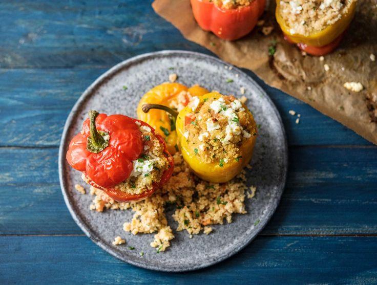 Deze gevulde paprika's uit het Midden-Oosten zijn kruidig en je kunt ze pittig maken. Dit kan met de harissa. Dit is een kruiden-pasta uit Tunesië, waar onder andere koriander, knoflook, komijn en rode peper in zit. Serveer de harissa dan apart!