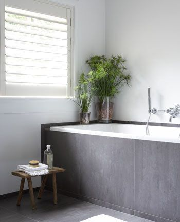 Grey tub and plants in bathroom | grijs bad en planten in badkamer | bron: vtwonen.nl