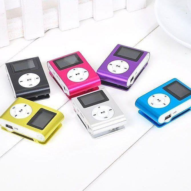 MP3 LCD  Player ini bisa memutar lagu-lagu kesayangan kamu yang tersimpan dalam micro SD. Kualitas audionya jernih dengarkan melalui earphone yang tersedia dalam paket. Dan nikmati setiap alunan nadanya.  Bentuk mp3 player ini mungil. Tidak lebih besar dari genggaman tangan. Bisa dijepitkan di bagian baju sehingga dapat dinikmati saat bersepeda santai atau berjogging ria.  Dilengkapi juga dengan tombol-tombol pendukung untuk memudahkan penggunanya. Suara bagus dan ada penjepitnya  Harga Rp…