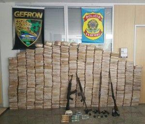 Uma operação integrada entre a Polícia Federal e equipes de policiais militares do Grupo Especial de Segurança de Fronteira (GEFRON) apreendeu neste sábado (02), cerca de 602 quilos de pasta cocaína ...