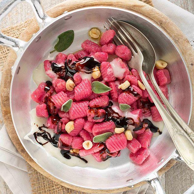 My homemade #BEETROOT #GNOCCHI with hazelnut besciamella, sage and balsamic vinegar😋#vegan #glutenfree 😋 _____ GNOCCHI alla BARBABIETOLA ✅#senzaglutine✅ #vegan ✅senza uova ✅senza lattosio! Eccoli nella versione con besciamella veg alle nocciole, aceto balsamico,nocciole tostate e salvia! Link diretto nella bio ⤴️in blu #gustosenzaglutine  _____ #plantbased #plantbased #eatyourveggies #eattherainbow #pasta #hautecuisines #bestofvegan #veganfood #veganfoodporn #veganlunch #pranzoitaliano…