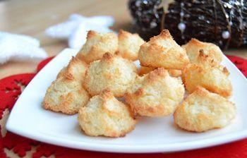 Pečení vánočního cukroví je v plném proudu. Dnes si krok za krokem připravíme oblíbené kokosky, které jsou velmi lehké na přípravu.