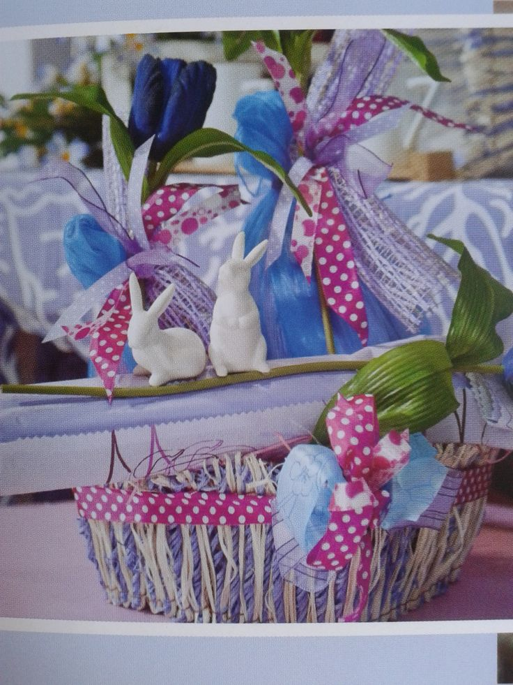 Coniglietti pasquali stilizzati giocano a bordo confezione...