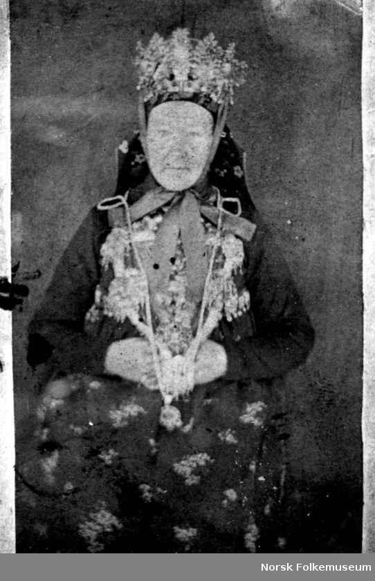 Digitalt Museum - Brudedrakt, Telemark fotografert av Christian Munthe (1818-92) som var proprietær og landhandler. Han eide gården Moen, Kviteseid, Telemark. Kvinne sittende i brudeutstyr med krone