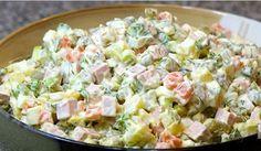 Huzarensalade is heerlijk. We eten het bijna allemaal weleens en de meeste onder ons zijn er helemaal weg van! Je kunt er natuurlijk voor kiezen om een emmer of bakje huzarensalade te kopen bij de supermarkt of keurslager, maar dit is niet zo gezond! Als je op dieet bent is huzaren salade geen aanrader, maar de zelfgemaakte variant smaakt veel lekkerder en is een stuk gezonder voor de lijn! Deze huzaren salade smaakt lekker bij veel gerechten, je kunt het gemakkelijk een aantal dagen bewaren…