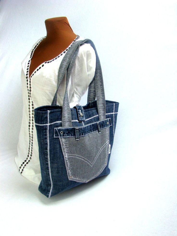 Hedvika+Objemná+taška+je+vyrobena+z+džínoviny+a+silně+tkané+směsové+látky+šedé+barvy.+(džínové+kalhoty+byly+detailně+rozpárané,+podžehlené+a+podlle+mého+střihu+opět+sešité)+na+přední+straně+je+vyztužená+kapsa+se+zapínáním+na+magnet.+Taška+je+celá+ozdobně+prošívaná+bílou+nití.+Uvnitř+je+černá+podšívka,+tři+velké+kapsy+++dvě+malé+kapsičky.+Kabelka...