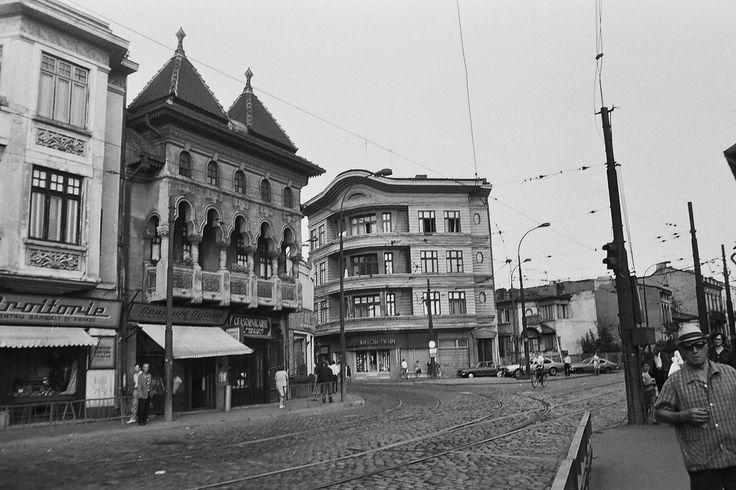 Piaţa Căuzaşi, intersecţie celebră din fostul cartier evreiesc, în 1978. După demolarea completă a zonei, în prezent aici sunt maidanul şi parcarea din spatele Tribunalului Bucureşti de pe bulevardul Unirii.  Source: Dan Vartanian
