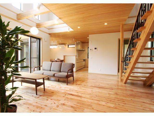1F:LDK 板張りの天井で温かみのあるリビング。床材は西南樺で素足が心地いい。