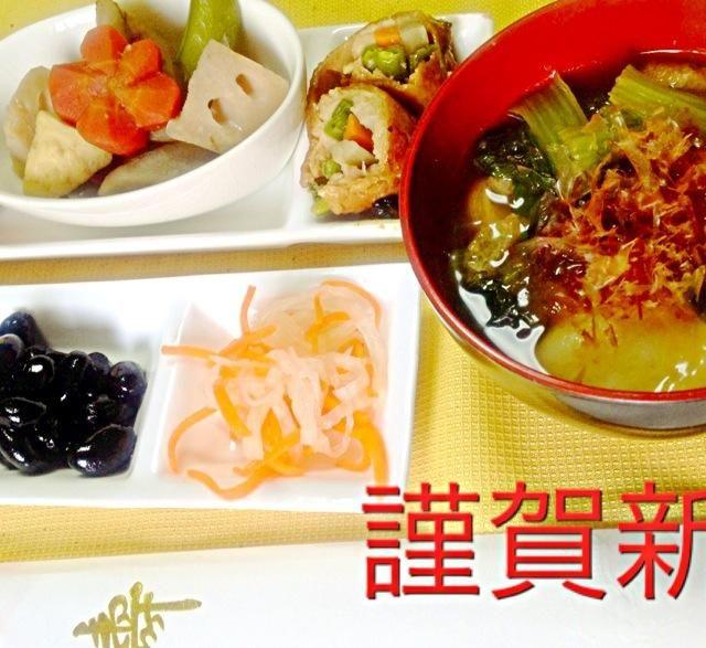 愛知県のお雑煮は餅菜(小松菜)とのし餅(角餅)に油揚げが入った醤油ベースのすまし 仕上げに鰹節をいれます  おせちをとりわけお皿に盛り付けまさした。 - 4件のもぐもぐ - おせちとお雑煮 by yoshy1969