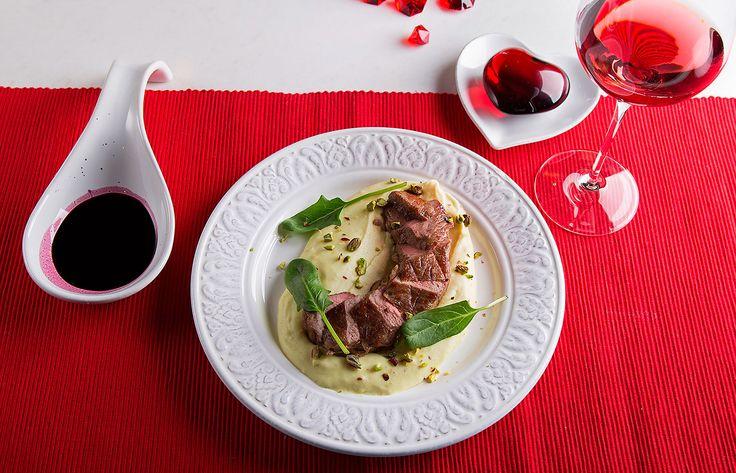 Κόντρα φιλέτο μοσχαρίσιο με πουρέ πατάτας και σάλτσα κρασιού