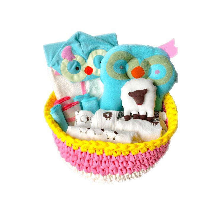 Hemos creado un kit muy especial pensando en la bienvenida del bebe, este es un regalo ideal para un baby shower, se pueden escoger el color de la canasta, el personaje de la almohada y de la toalla, así como el color del set de toallitas, incluye tarjeta con la dedicatoria que se quiera incluir.