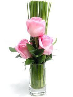 Arranjo de rosas em copo de vidro