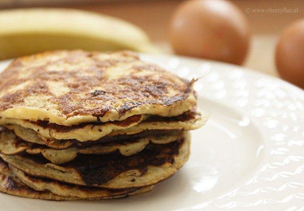 gezond: alleen ei en banaan! Wat heb je nodig voor 7 tot 8 kleine pancakes: 1 geprakte banaan en 2 eieren. Het is wederom heel simpel om te maken. Kluts de eieren en meng dit met de geprakte banaan. Vervolgens verhit je een klein beetje olijfolie in een koekenpan en schep je hier wat van het beslag in.
