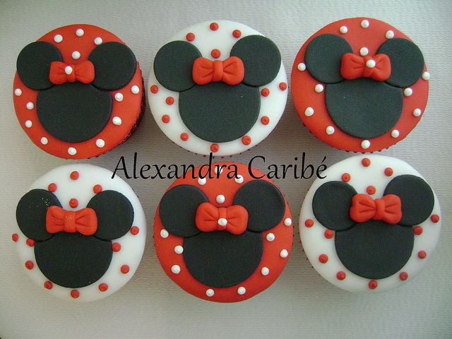 Cupcakes Minnie vermelha - Minnie Mouse cupcakes, via Flickr.