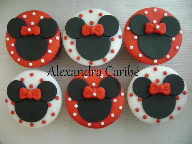 Cupcakes Minnie vermelha - Minnie Mouse cupcakes by Alexandra Bolos Artísticos, via Flickr