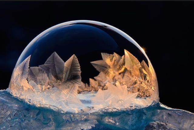 Magiche #BollediSapone tra #ghiaccio e #magia di #HopeCarter   http://www.vanillamagazine.it/gli-spettacolari-cristalli-di-ghiaccio-sulle-bolle-di-sapone/