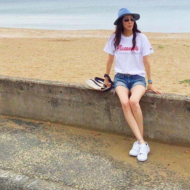 【marr_0601】さんのInstagramをピンしています。 《☁️曇りだけど、朝からビーチは気持ち良いー ・ ・ ・ Tシャツ→#ronherman デニム→#moussy  スニーカー→#ronherman ハット→#letalon  バッグ→#louisvuitton サングラス→#oriverpeoples ・ ・ ・ #ponte_fashion#ティアドロップ#love#夏#曇り#オリバーピープルズ#ロンハーマン#Tシャツ#converse #ハット#今日のコーデ#着まわしコーデ#今日の服#スニーカー#ビーチ#海#sea #サングラス#デニム#ショートパンツ》