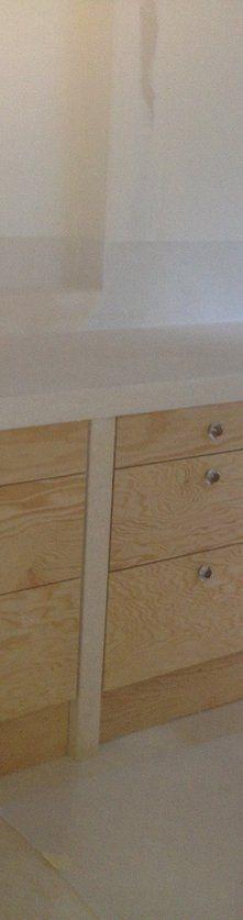 """Agencement d'une cuisine en """"panneaux bâtit pin de 19 mm"""" ossature en carreaux de plâtre finition béton ciré."""