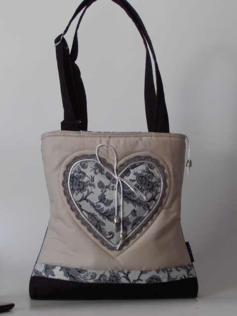 Szív applikációval díszített nõi táska