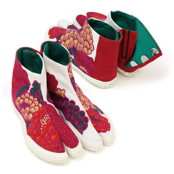 Gorgeous flower print tabi shoes handmade in Japan #sousou, #tabi, #jikatabi, #tabishoes  could be so useful at SCA events!