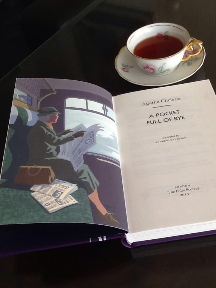 Miss Marple and my cup of tea... (Photo by Ana Luiza Couto)