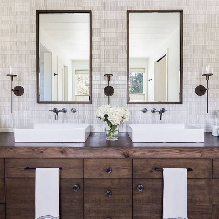 We hope your Fri-yay is as picture-perfect as this bathroom!🎉#SMPLoves   Photography: @alyssarosenheck   Design: @jenniferrobininteriors