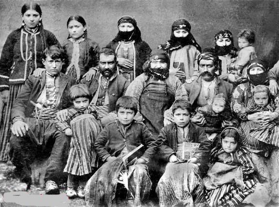 Elazığ, Harput'un Morenik koyundenErmeni Deraduryan ailesi, 1890.