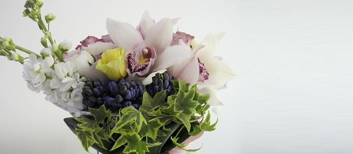 Orhidee cymbidium, trandafiri, ranunculus, mathiola si zambile.