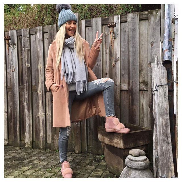 When winter kicks in you better wear a fancy beanie, like mine❄️☃️ • • • #ootd#tbt#winter#potd#belgian#blonde#happy#fashion#style#like#girl#follow#blogger#grey#pink#nude#beanie