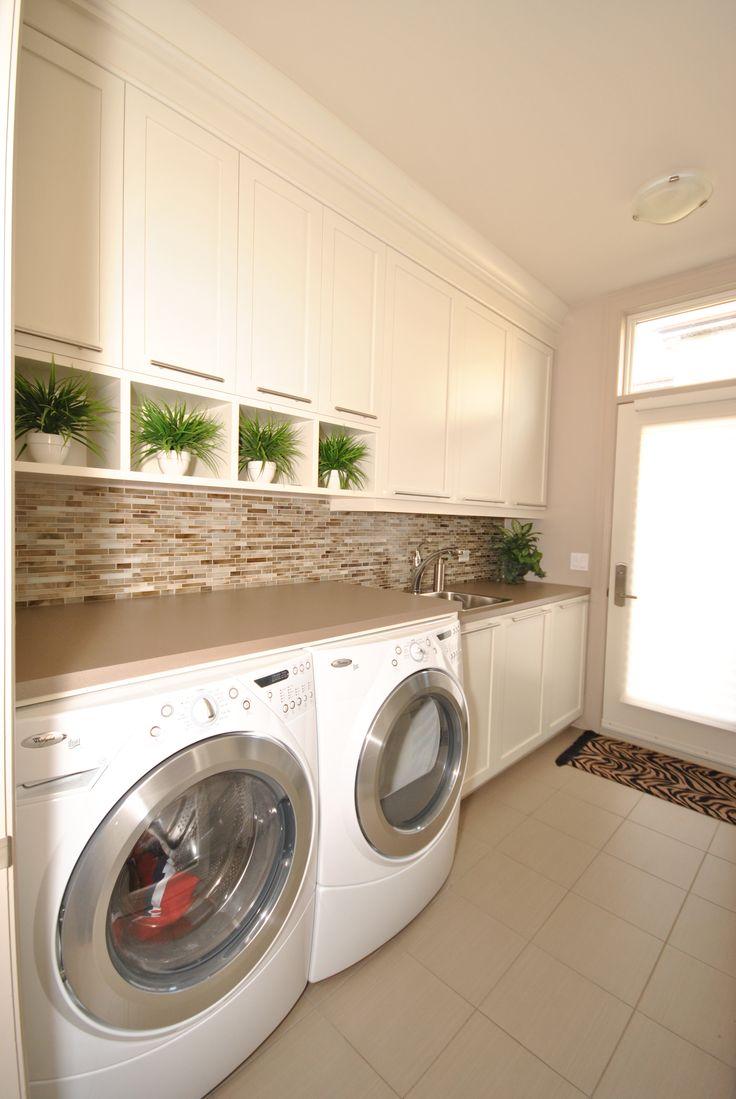 Salle de lavage avec beaucoup de rangement et d 39 espace for Petite armoire de rangement salle de bain