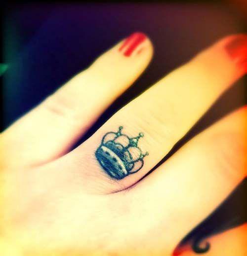 ring finger crown tattoo yüzük parmağı taç dövmesi