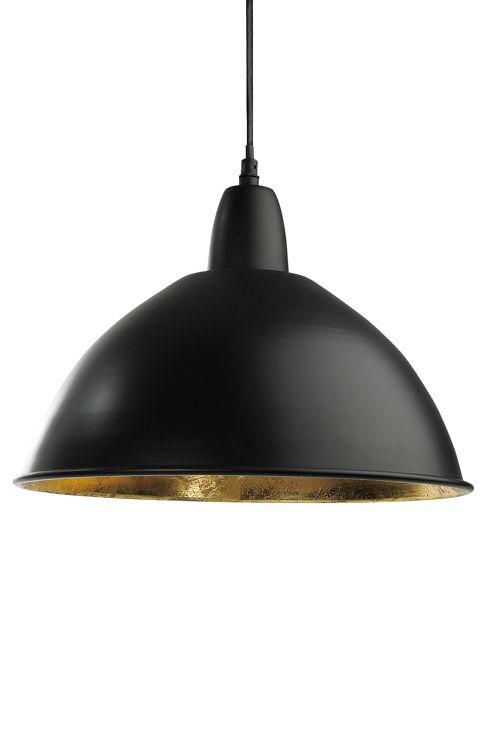 """Loftlampe i metal, komplet med kronestik. Sort med inderside i guld. Loftkop i metal med ophæng til loftkrog. 35 cm i diameter, højde 25 cm. Ledningslængde 100 cm. E27 maks. 40 W.<br><br>OBS! Nogle loftlamper/pendler leveres med svensk """"loftstik""""som ikke kan benyttes i Danmark. Stikket klippes af og ledningen tilsluttes direkte i roset (lampeudtag) eller monteres med lampestikprop. Alle vores lamper er CE-godkendte.<br>"""