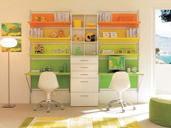 """Una colorata parete attrezzata, che gioca con toni solari e brillanti. La boiserie """"Panel"""" ha una composizione simmetrica con due scrivanie e..."""