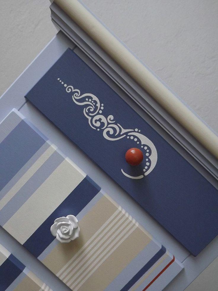 DETTAGLIO OXFORD: dettaglio della decorazione arabescata sul primo cassetto panna su blu navy