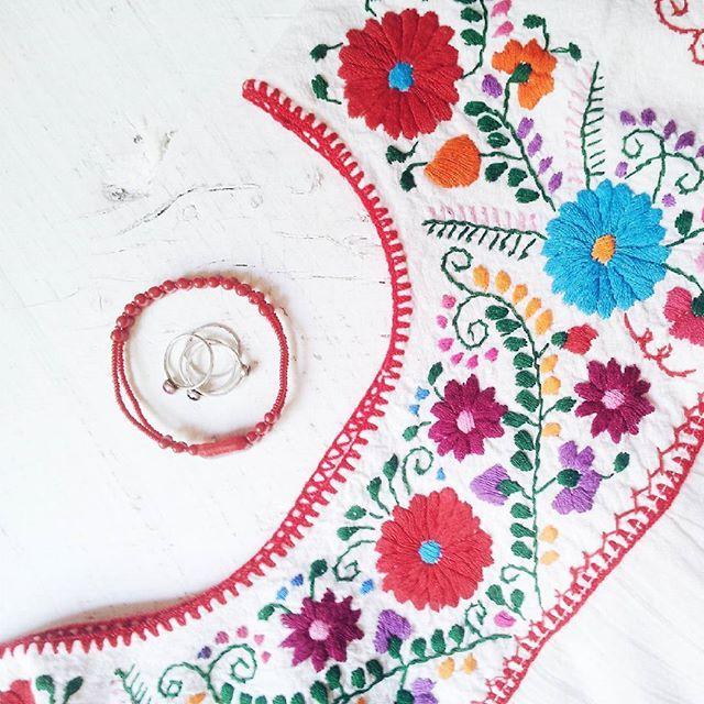 Grazie @barragan_paintings per la blusa che mi ha postato dal Messico!  sto scegliendo gli accessori da abbinarci per ora un bracciale fatto da me con perle vintage e gli anelli d'argento di @kosmikahandmade