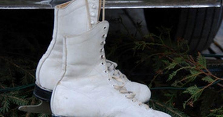 Como remover arranhões de patins. Equipamentos desportivos pode ser bem caros, então é importante fazer a manutenção de forma apropriada para mantê-los em boas condições. Para patinadores, a peça mais vital é o próprio patins. Após o uso em geral, surgirão alguns arranhões, mas felizmente, eles não comprometem sua performance. Esteticamente, no entanto, um patinador pode não ...