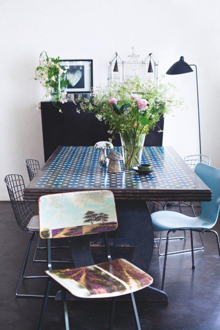 Une salle à manger vintage bleue et noire