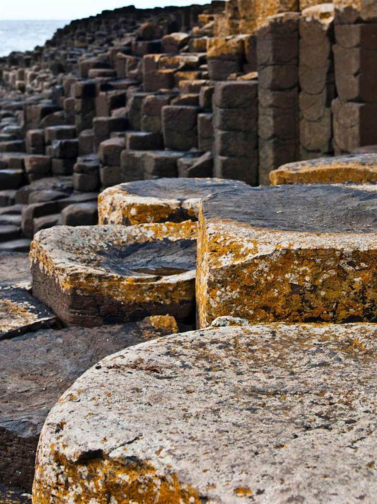 Giants Causeway, County Antrim, Irland.Enligt legenden byggdes dessa imponerande kolumner av basaltstenar av jättar